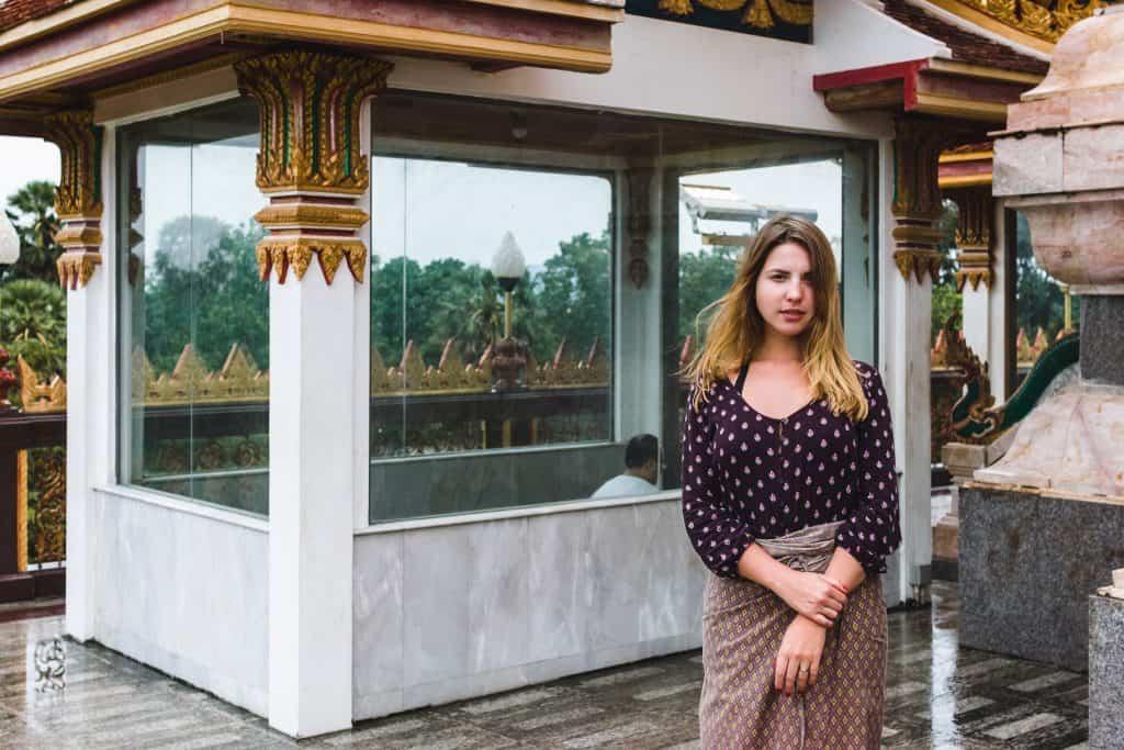 Vrouw met bedekte kleding in Phuket, Thailand