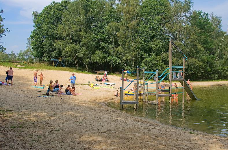 Kinderen aan het spelen in de zwemplas