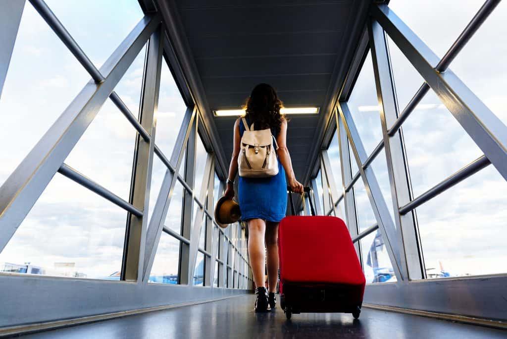 Vrouw met een koffer op het vliegveld