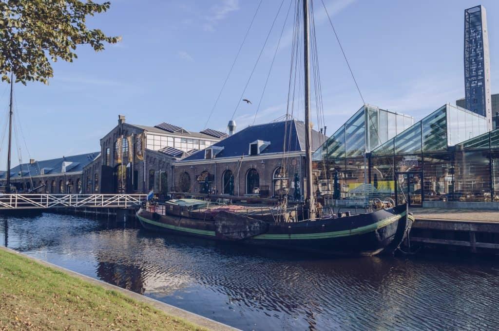 Antiek schip voor een restaurant in Den Helder