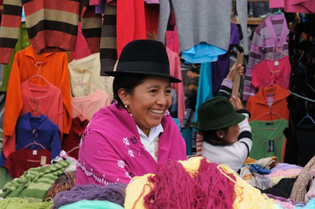 Ecuadoriaanse vrouw in traditionele kleding op een markt in Ecuador