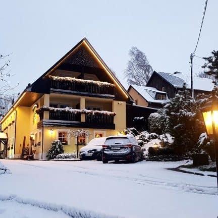 Huis in de winter, versierd met kerstverlichting