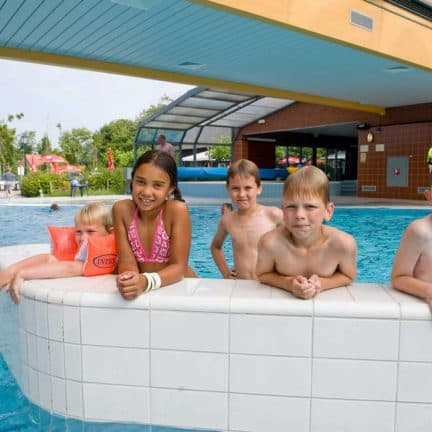 Kinderen in het zwembad van Camping De Pekelinge