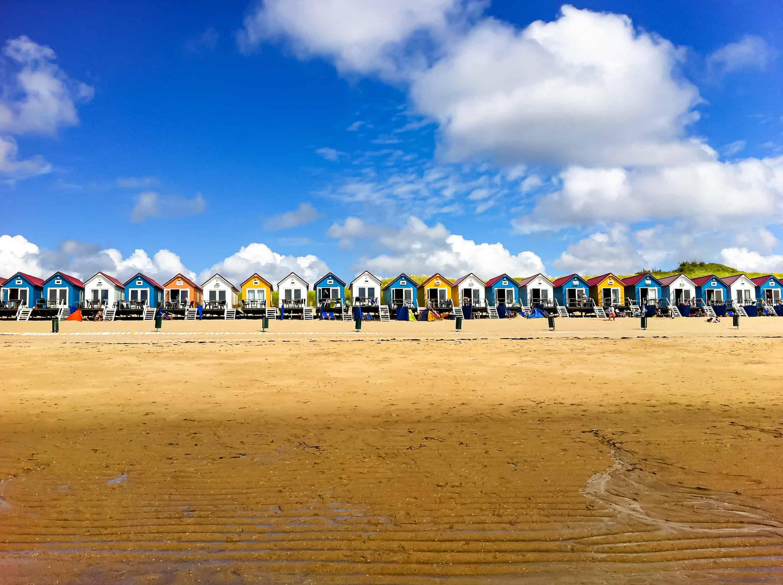Kleurrijke huisjes op het strand in Vlissingen, Zeeland
