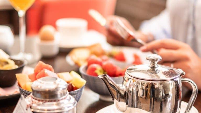 Ontbijt met koffie en fruit