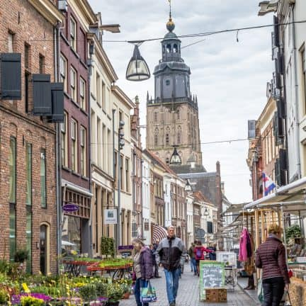 Oude gebouwen en markt in centrum van Zutphen, Gelderland