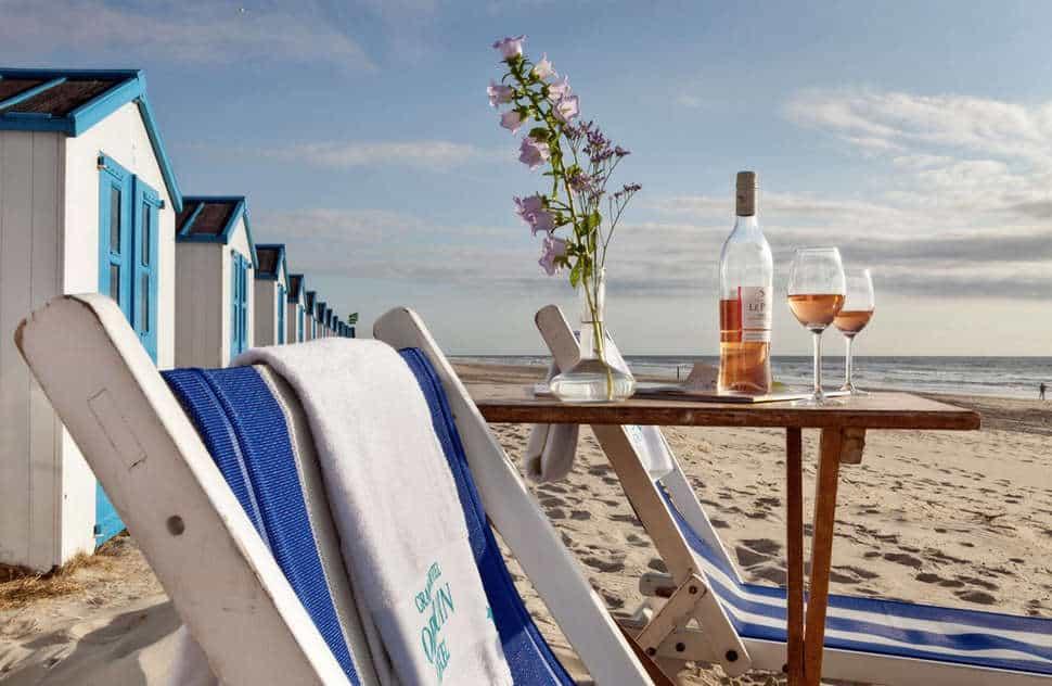 Stoelen en tafel met wijn op het strand van Texel
