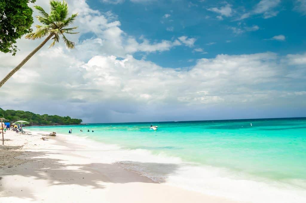Strand van Playa Blanca op Baru in Colombia