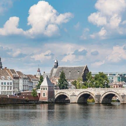 Uitzicht op Maastricht met bekende brug