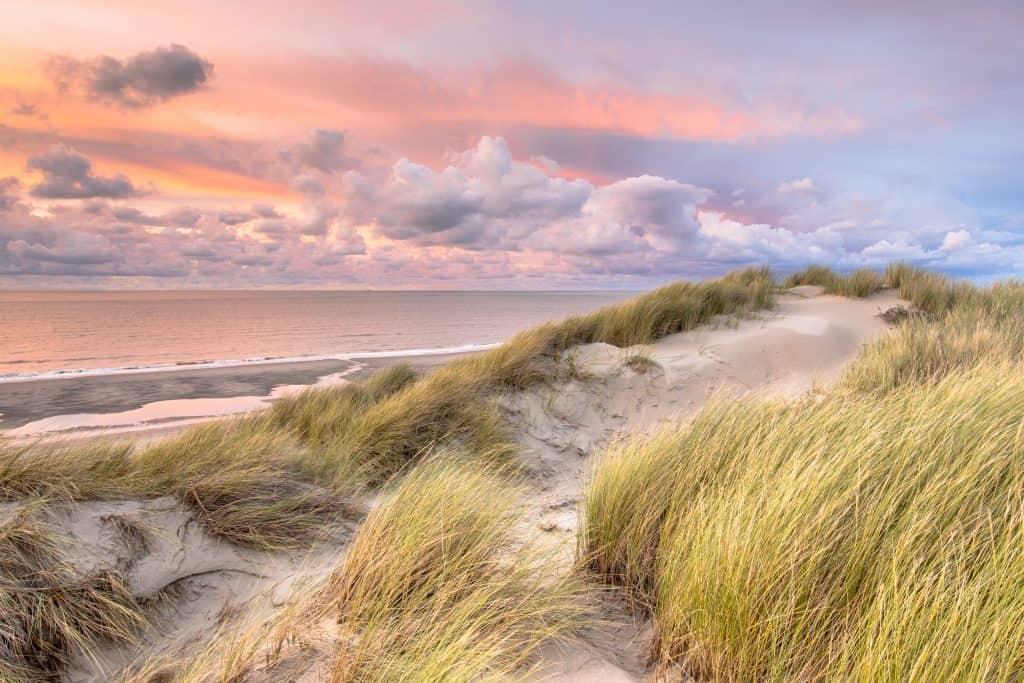 Uitzicht over zee en duinen in Nederland