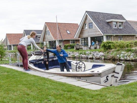 Boot legt aan bij een steigerplaats