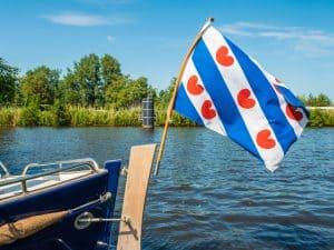 Boot met vlag op een meer in Friesland