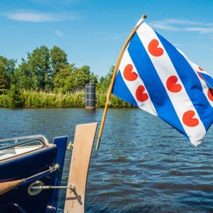 boot met vlag meer friesland