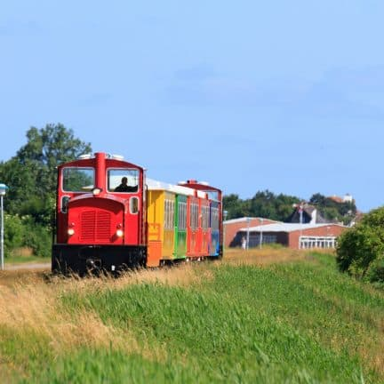 Gekleurde trein op Langeoog, Duitse Wadden