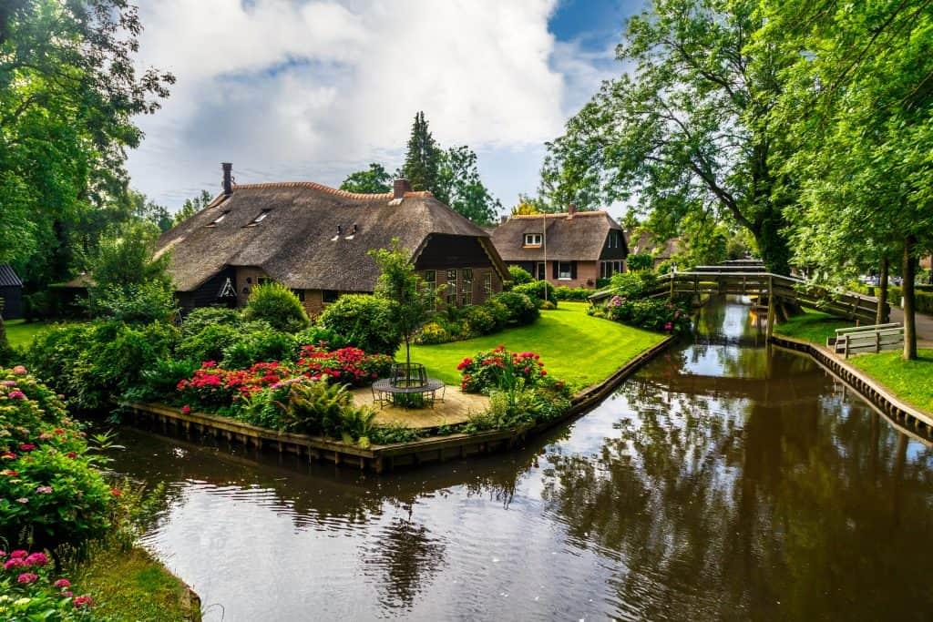 Giethoorn met kanaal en oude boerderij