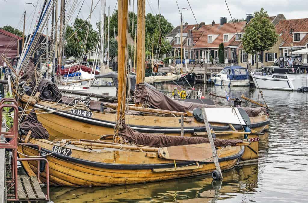 Historische vissersboten in de haven van Elburg