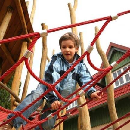 Jongen klimt in een klimrek