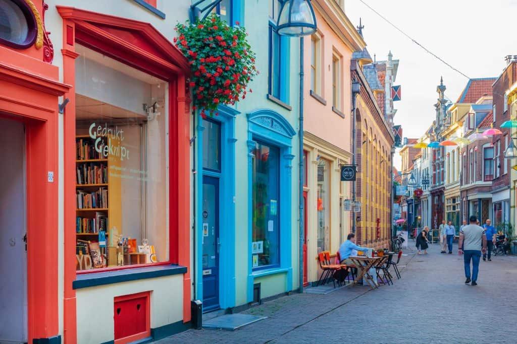 Kleurrijke winkelstraat met café in het oude centrum van Deventer, Nederland