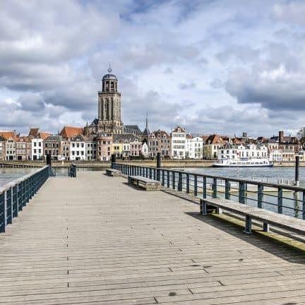 Pier en uitzicht over het centrum van Deventer in Overijssel