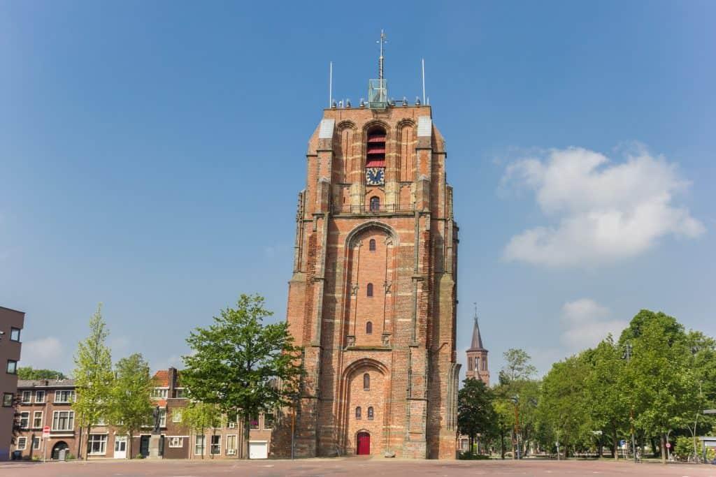 Scheve toren De Oldehove in Leeuwarden