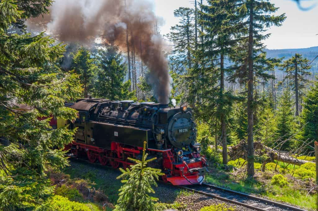 Stoomlocomotief rijdt door het Harz-gebergte