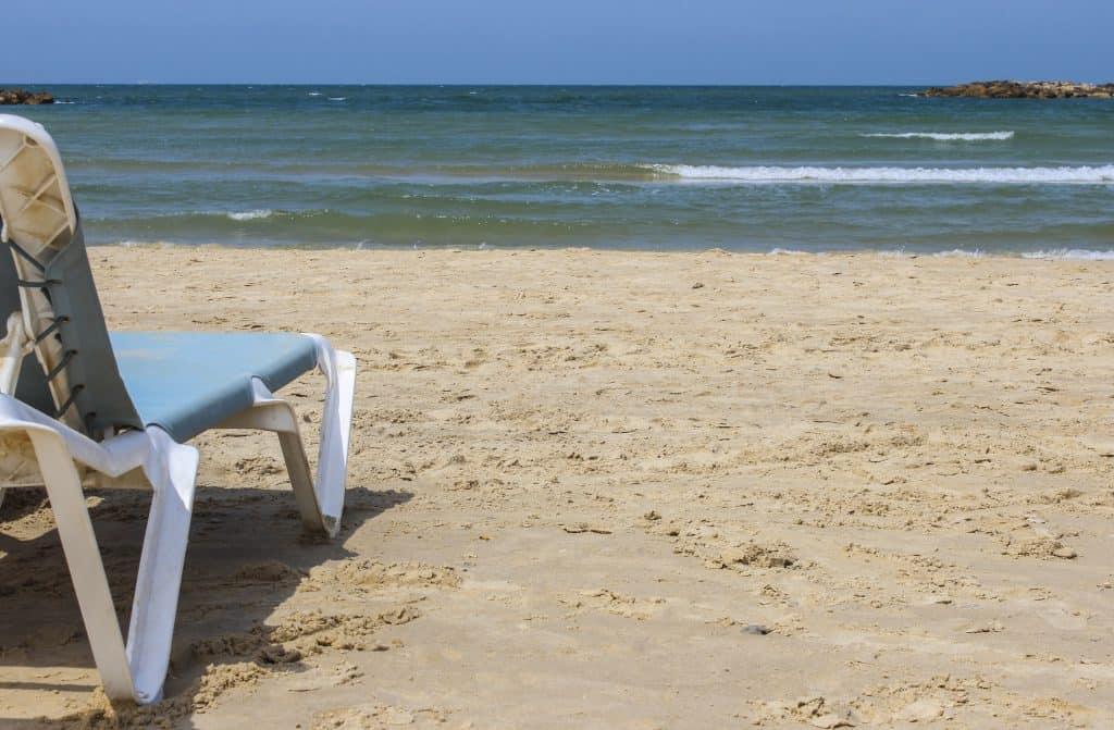 Strandstoel op het zandstrand