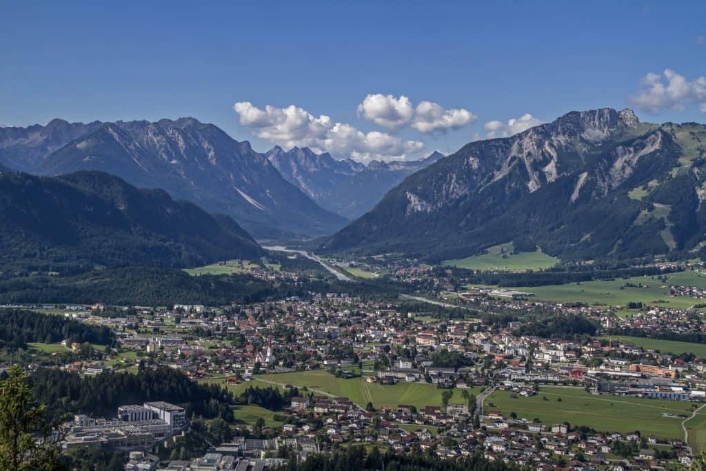 Uitzicht over Reutte in Oostenrijk