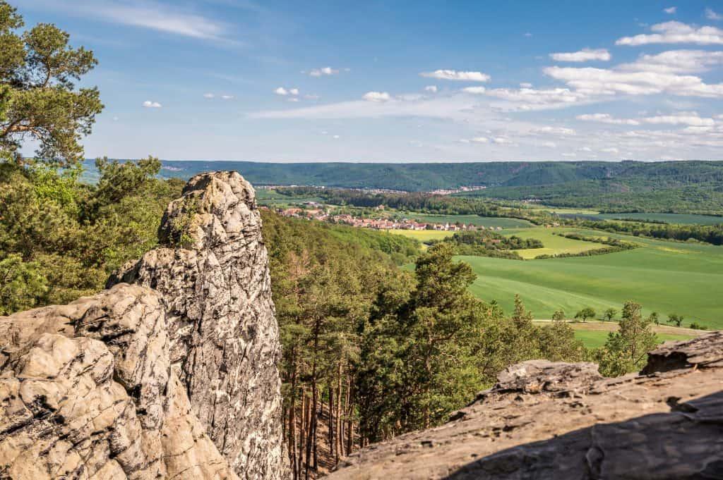 Uitzicht vanaf de Duivelsmuur bij Blankenburg in de Harz, Duitsland