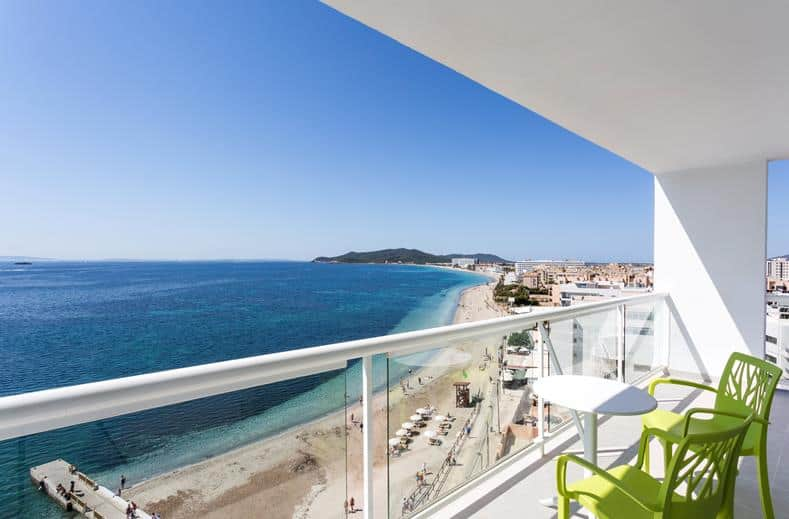 Uitzicht op zee bij The Ibiza Twiins