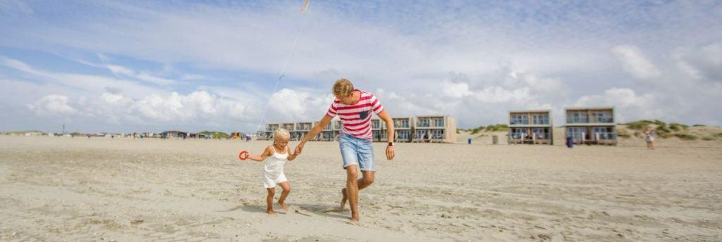 Vader en dochter op het strand bij Landal Beach Villa's Hoek van Holland