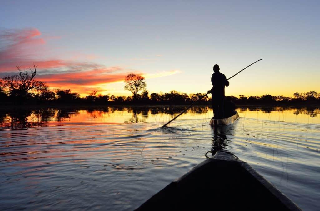 Varen tijdens zonsondergang in de Okavango Delta, Botswana