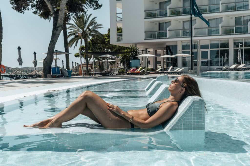 Vrouw in zwembad van The Ibiza Twiins