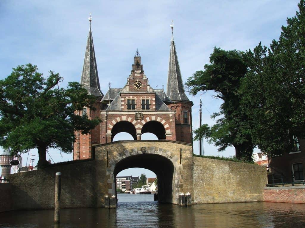 Waterpoort en brug in Sneek, Friesland