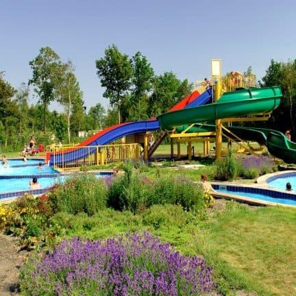Zwembad en glijbanen van Vakantiepark RCN De Schotsman