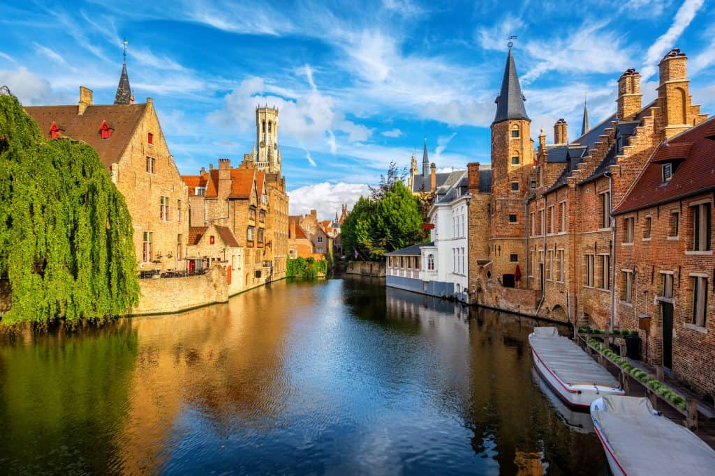 De historische oude binnenstad en kanaal van Brugge, België