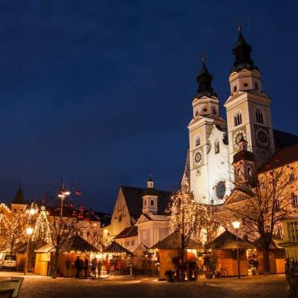 De stad Brixen in de avond met kerstverlichting in Italië