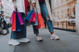 Jonge vrouwen met tassen aan het shoppen