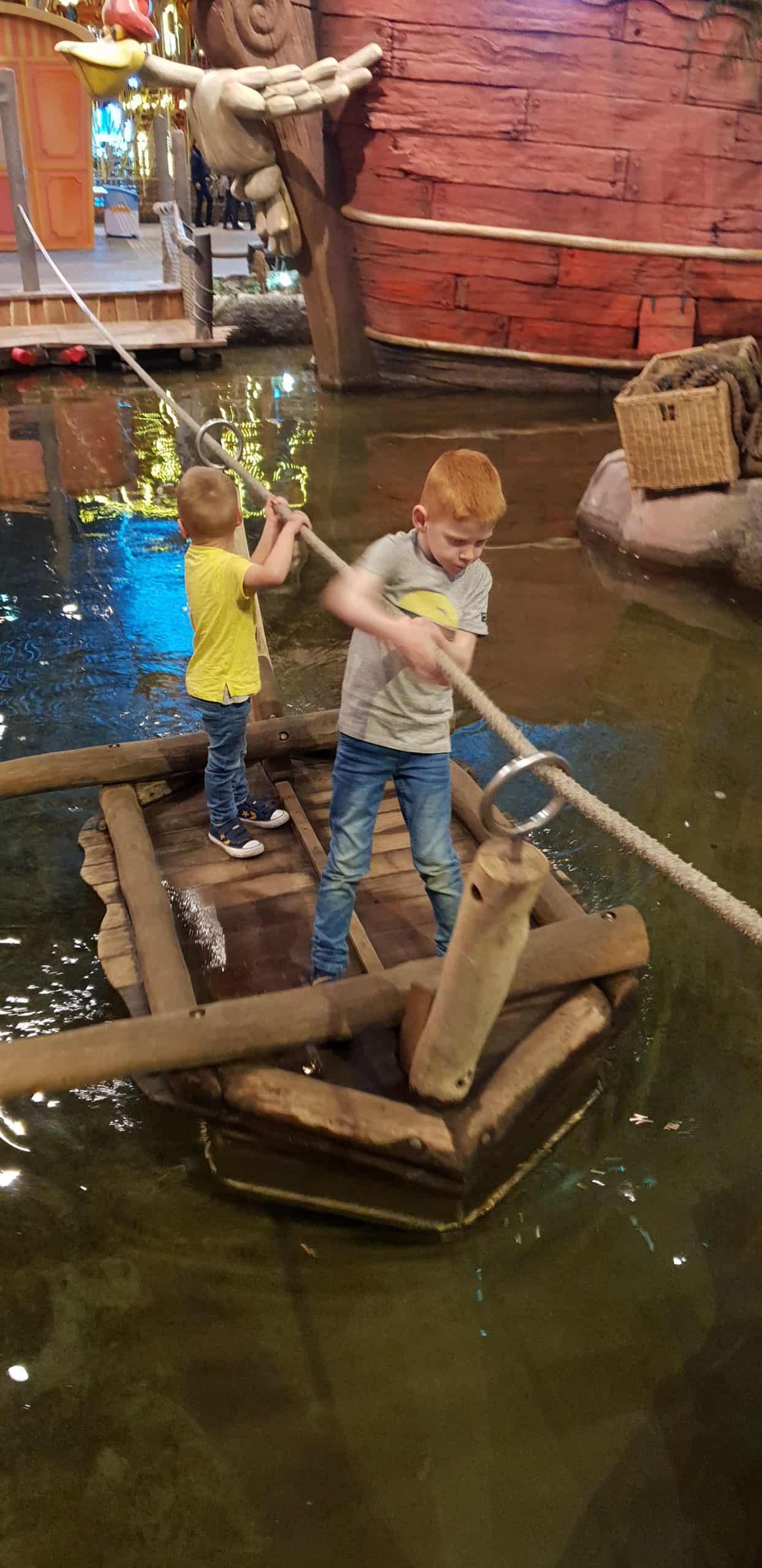Kinderen op een vlot in Animazia
