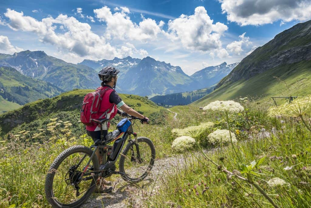 Mountainbiker in het Arlbergmassief, Oostenrijk