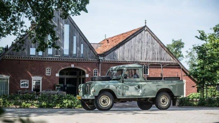 Oude jeep voor Landhuis Erfgoed Bossem