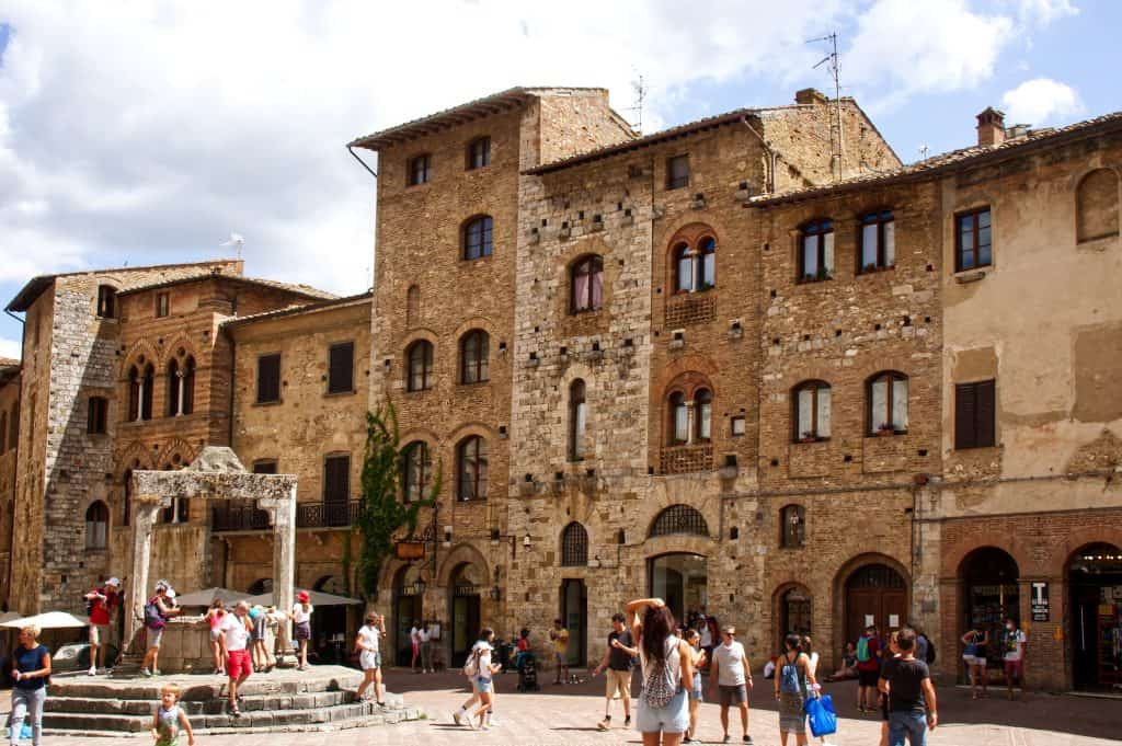 Piazza della Cisterna in San Gimignano