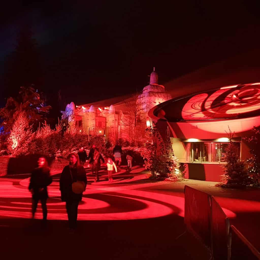 Rode sfeerverlichting tijdens WildNights in Wildlands