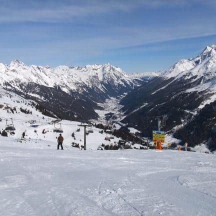 Skipiste en uitzicht op de bergen bij St. Anton am Arlberg, Oostenrijk