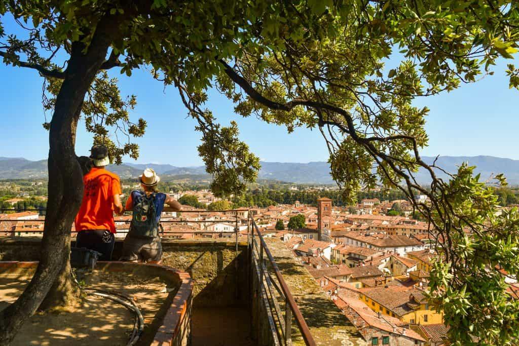 Stadsmuren van Lucca met toeristen