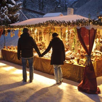 Stelletje bij een kerstkraam op een kerstmarkt in Duitsland