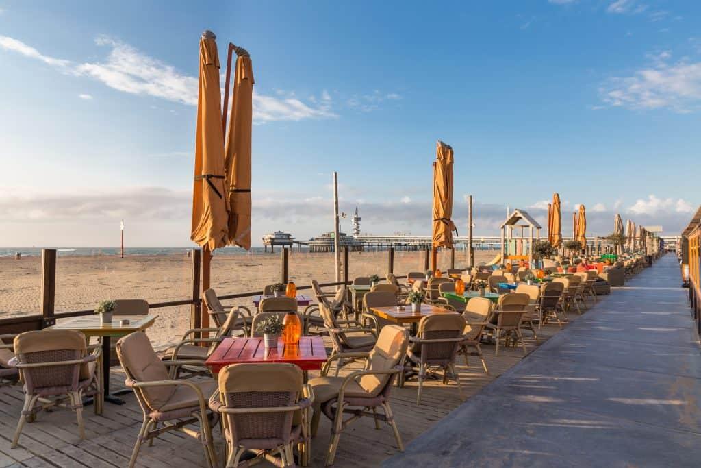 Terrasjes aan het strand en uitzicht op de Pier van Scheveningen