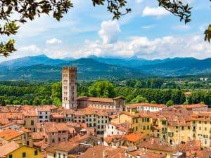 Uitzicht over Lucca in de heuvels van Toscane