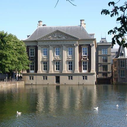 Uitzicht op het Mauritshuis museum in Den Haag