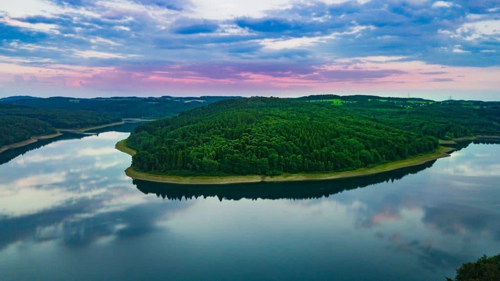 Uitzicht op de Wiehltalsperre dam in Oberbergischer Kreis, Duitsland