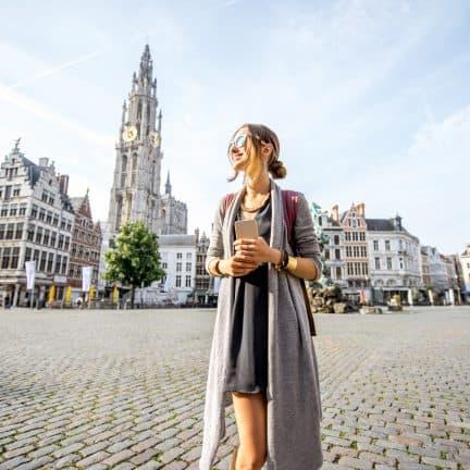 Vrouw op de grote markt in Antwerpen